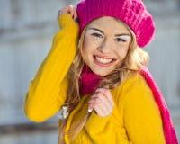 Menina no amarelo vestido queda Foto de Stock