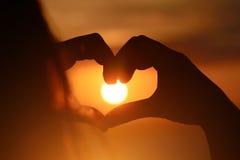 Menina no amor que aprecia momentos macios no por do sol durante o feriado com melhores amigos Conceito emocional do tempo exclus Imagem de Stock