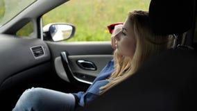 A menina no assento dianteiro olha para fora a janela vídeos de arquivo