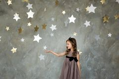 Menina no assento na lua grande Sonhar pequeno da menina Foto de Stock