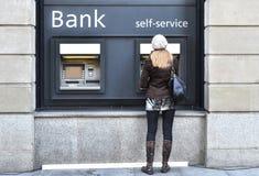 Menina no ATM Fotografia de Stock