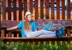 Menina no balanço 1 do jardim Fotografia de Stock
