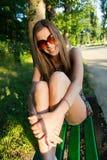 Menina no banco de parque Fotos de Stock Royalty Free