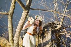 Menina no banco do lago Imagens de Stock Royalty Free