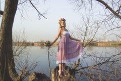 Menina no banco do lago Imagens de Stock