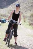 Menina no bandanna do RAP pela bicicleta do esporte fotos de stock royalty free