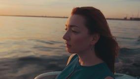 Menina no barco de motor do boi do vestido de turquesa Noite do verão Por do sol romântico video estoque