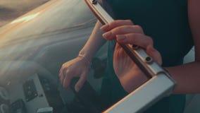 Menina no barco de motor do boi do vestido de turquesa Noite do verão romântico excitador vídeos de arquivo
