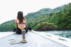 Menina no barco no passo de Lembeh fotos de stock