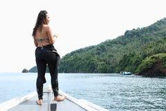 Menina no barco no passo de Lembeh imagem de stock