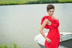 Menina no barco perto do lago em summer8 Fotos de Stock