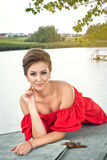 Menina no barco perto do lago em summer2 Fotografia de Stock Royalty Free