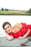 Menina no barco perto do lago em summer15 Foto de Stock Royalty Free