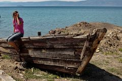 Menina no barco shipwrecked Fotografia de Stock