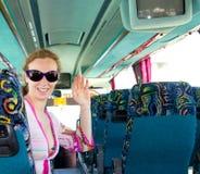 Menina no barramento de turista feliz com óculos de sol Fotos de Stock Royalty Free