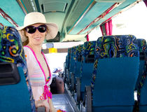 Menina no barramento de turista feliz com óculos de sol Fotografia de Stock Royalty Free