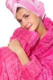Menina no bathrobe cor-de-rosa fotos de stock royalty free