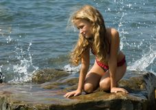 Menina no beira-mar imagens de stock royalty free