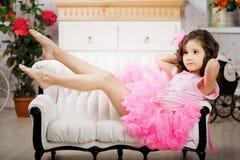 Menina no berçário no vestido cor-de-rosa fotografia de stock