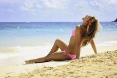 Menina no biquini cor-de-rosa na praia Fotos de Stock
