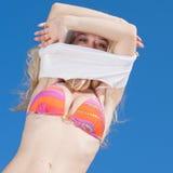 Menina no biquini no fundo do céu Fotografia de Stock