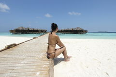 Menina no biquini no recurso de Maldivas Foto de Stock