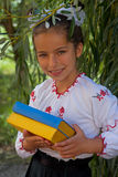 A menina no bordado registra com a bandeira do ucraniano da cor Imagem de Stock Royalty Free