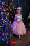 Menina no branco com um vestido cor-de-rosa no Natal imagens de stock royalty free
