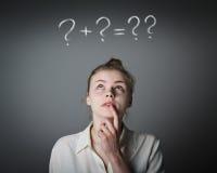 Menina no branco e nos pontos de interrogação Imagens de Stock Royalty Free