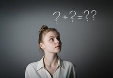 Menina no branco e nos pontos de interrogação Imagem de Stock