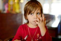Menina no café Fotos de Stock Royalty Free