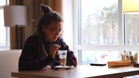 A menina no café video estoque