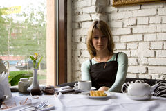 A menina no café Fotografia de Stock Royalty Free