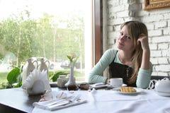 A menina no café Foto de Stock