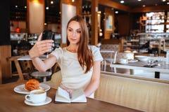 Menina no café com capuccino imagem de stock