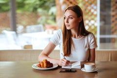 Menina no café com capuccino foto de stock royalty free
