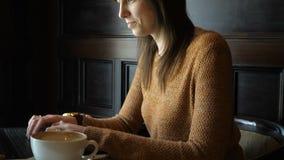 Menina no café com portátil video estoque
