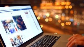 A menina no café olha uma página de Facebook 4K 30fps ProRes video estoque
