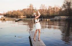 Menina no cais no lago Fotos de Stock Royalty Free