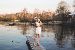 Menina no cais no lago Imagens de Stock Royalty Free