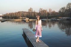 Menina no cais no lago Imagem de Stock Royalty Free