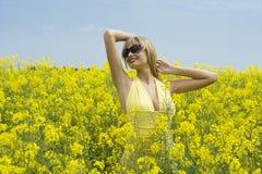 Menina no campo amarelo Imagens de Stock Royalty Free