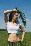 A menina no campo com as orelhas nas mãos Imagens de Stock