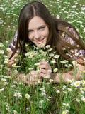Menina no campo da margarida Fotografia de Stock Royalty Free