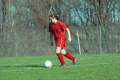 Menina no campo de futebol 13B Foto de Stock