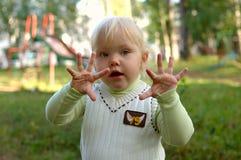 Menina no campo de jogos da criança no parque. Foto de Stock Royalty Free