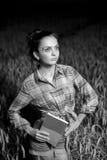 Menina no campo de trigo Imagens de Stock Royalty Free