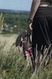 A menina no campo mantém o brinquedo Imagens de Stock