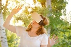 Menina no capacete da realidade virtual na perspectiva de fotos de stock royalty free
