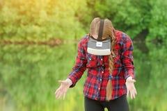 Menina no capacete da realidade virtual na perspectiva de imagem de stock royalty free